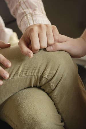 reassurance: La mujer de la mano de otra persona en su regazo