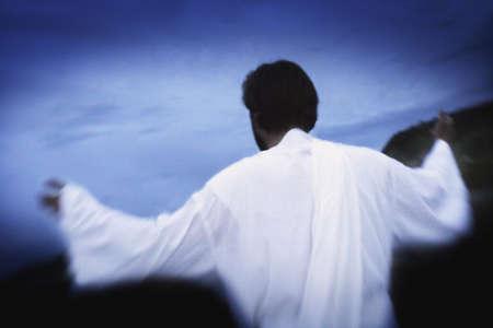 délivrance: Homme à bras outstretched