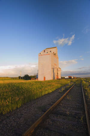 carson ganci: Grain elevator along side of railway tracks Stock Photo