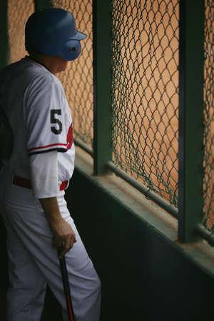 baseball dugout: Jugador de b�isbol en el dugout  Foto de archivo