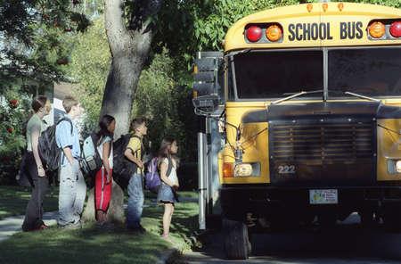 transporte escolar: Carga de un autob�s escolar de los ni�os
