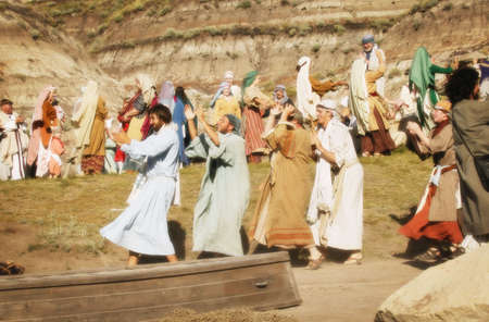 Menigte marcheren en dansen