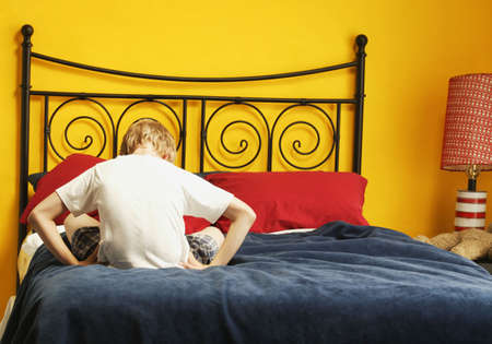 Child-Sulks auf Bett Standard-Bild - 5646227