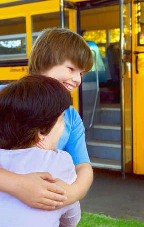 transport scolaire: Hugs m�re enfant au revoir Banque d'images