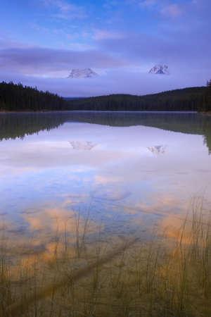 マウント Fryatt とワールプール ピーク リーチ湖での反射 写真素材