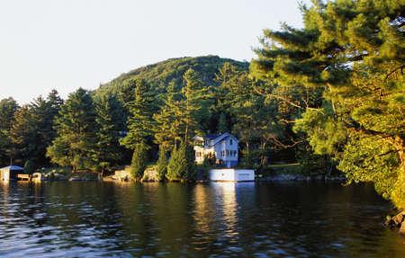 cottage: Una caba�a a orillas de un lago