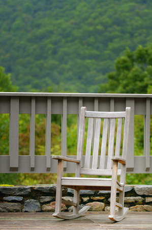 silla de madera: Una silla solitaria