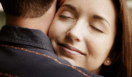 con man: A couple embrace