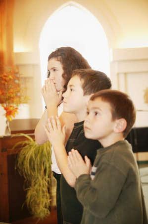 familia en la iglesia: Ni�os rezando