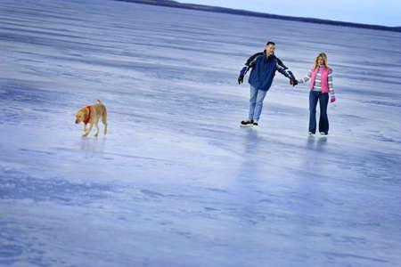 frozen lake: Paar schaatsen op een bevroren meer