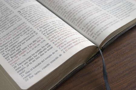 Spanish Bible open to John 3:16