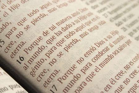 John 3: 16 in Spaanse Bijbel Stockfoto