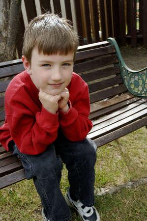 muz: Boy on bench