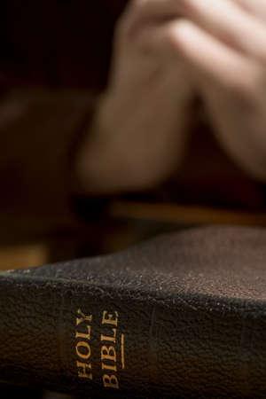 betende h�nde: Closeup of Bible mit praying hands Lizenzfreie Bilder