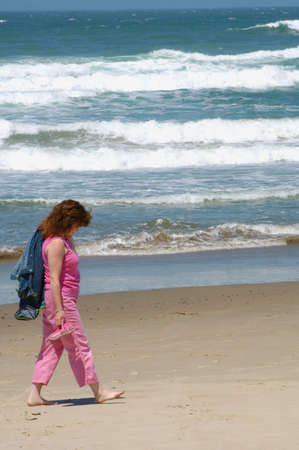 muz: Woman walking on the beach