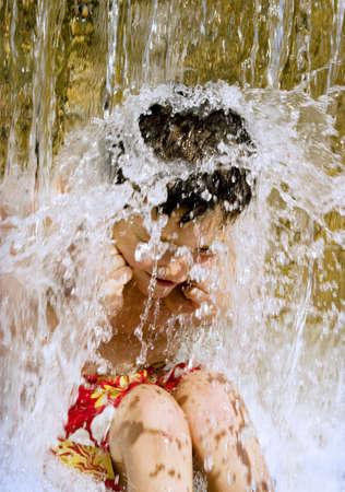 Jonge jongen onder water val