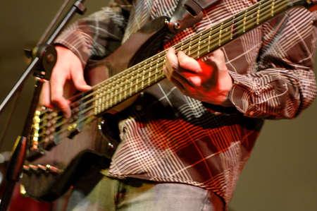 muz: Bass guitar player