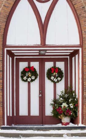 coronas navidenas: Puertas de la Iglesia adornadas con decoraciones de Navidad