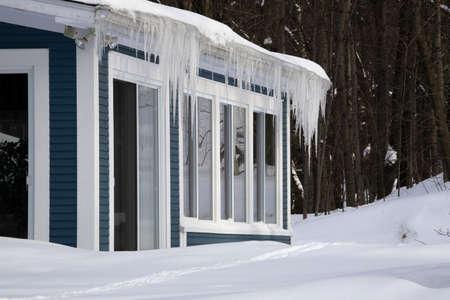 sopel lodu: Lodowa wiszące poza oprawę deszczu