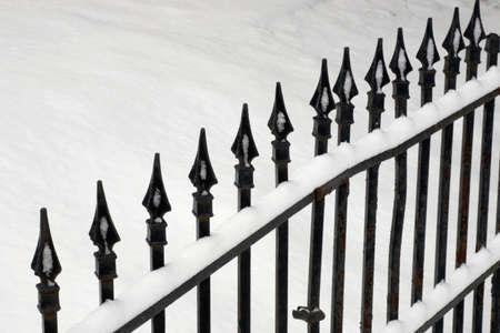 puertas de hierro: Puerta de hierro cubiertos de nieve  Foto de archivo