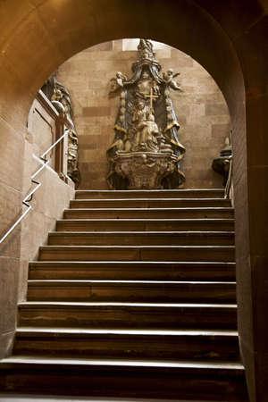 belief systems: Strasburgo, Francia; Cattedrale passi fino a una statua  Editoriali
