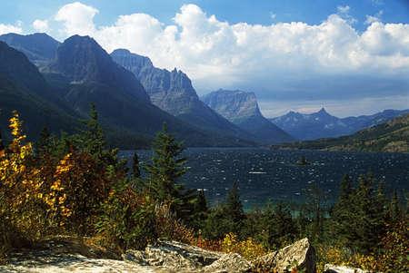 Montana, Verenigde Staten; uitzicht over St. Mary meer in Glacier National Park.