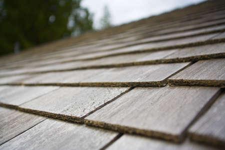 shingles: Tablillas de madera en la parte superior de un techo  Foto de archivo
