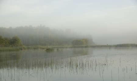 森の湖、オンタリオ州、カナダ;湖を渡って日の出を見る