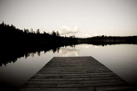 Lac des bois, Ontario, Canada ; Pier donnant sur le lac  Banque d'images - 7191474