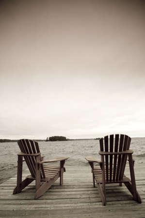 sedia vuota: Adirondack sedie sul ponte, Muskoka, Ontario, Canada  Archivio Fotografico