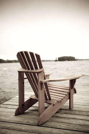 sedia vuota: Adirondack sedia sul ponte, Muskoka, Ontario, Canada