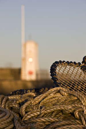 redes de pesca: Seahouses, Condado de Northumberland, Inglaterra; las redes de pesca y cuerdas  Foto de archivo