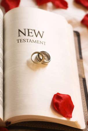 belief systems: Nuovo Testamento; il nuovo testamento e anelli di nozze