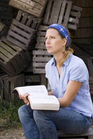 biblia abierta: Misionero femenina con la Biblia abierta  Foto de archivo