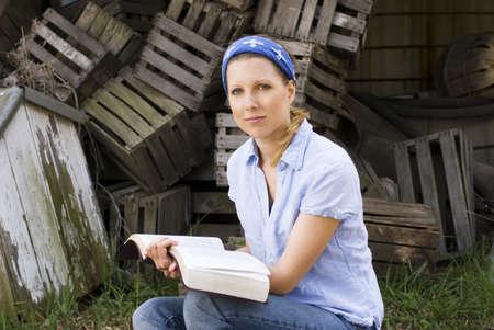 Vrouwelijke missionaris met open Bijbel