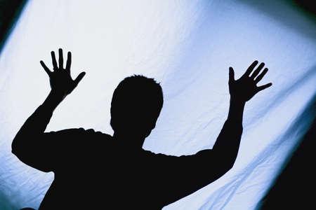 bedsheets: Silhouette di un uomo con le braccia sollevate