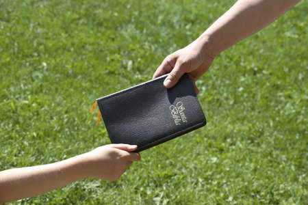 no pase: Compartir una Biblia espa�ol  Foto de archivo