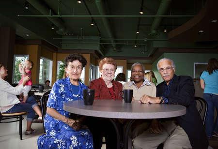 80s adult: Amigos sentados juntos