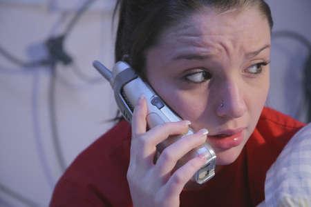 Ongerust tiener op de telefoon Stockfoto