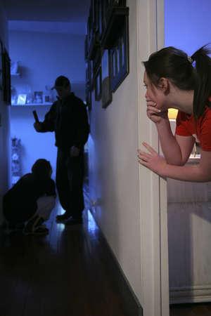 violencia domestica: Adolescente viendo la violencia en el hogar