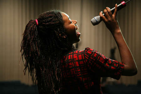 Tiener zingen  Stockfoto