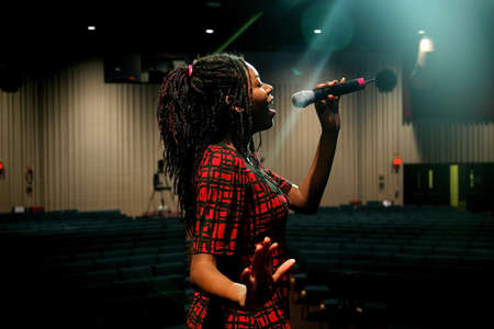 colleen: Teenage girl singing