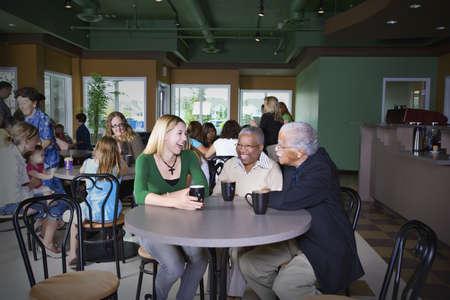 grote groep mensen: Een bezoek in een koffie shop Stockfoto