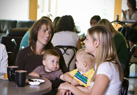 padres hablando con hijos: Madres j�venes visitando  Foto de archivo