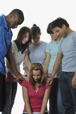 arrodillarse: Un grupo diverso de j�venes cristianos adultos rezando