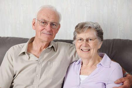 80s adult: Retrato de una feliz pareja senior  Foto de archivo