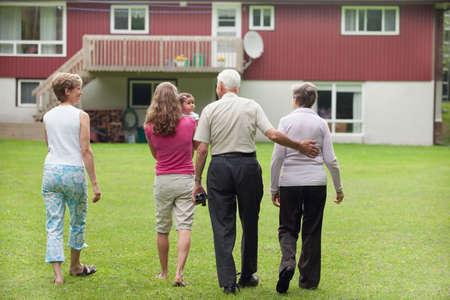 4 세대의 가족 걷기