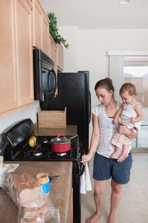 baby cutlery: Una madre de cocina y la celebraci�n de un beb�  Foto de archivo