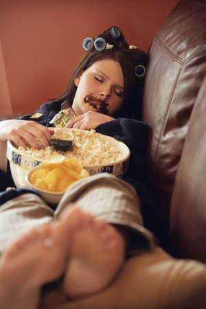 gula: Mujer joven encuadernaci�n en comida basura