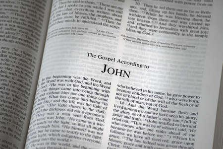 ヨハネの福音書を開いた聖書